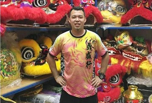 中国侨网杨景盛因兴趣而舞狮,投入狮头及舞狮器具制作销售事业中。(马来西亚《星洲日报》)
