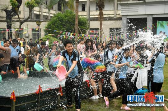 图为参加泼水活动的学生 俞靖 摄
