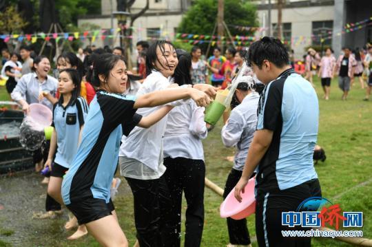 图为学生们相互泼水祝福 俞靖 摄