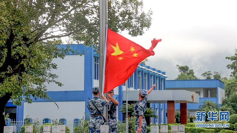 (军事)(1)解放军驻香港部队组织升国旗仪式