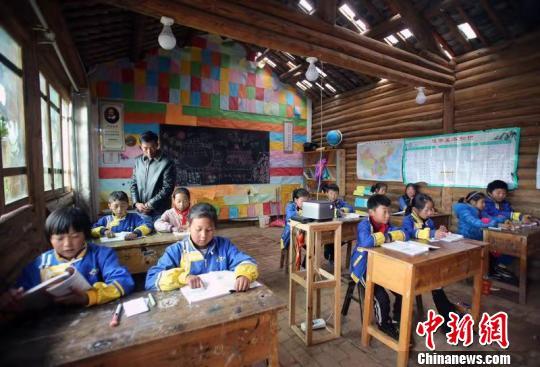 达祖小学三年级学生正在上语文课。 王磊 摄