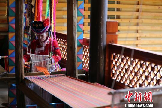 喇娜姆展示摩梭传统编织手艺。 王磊 摄