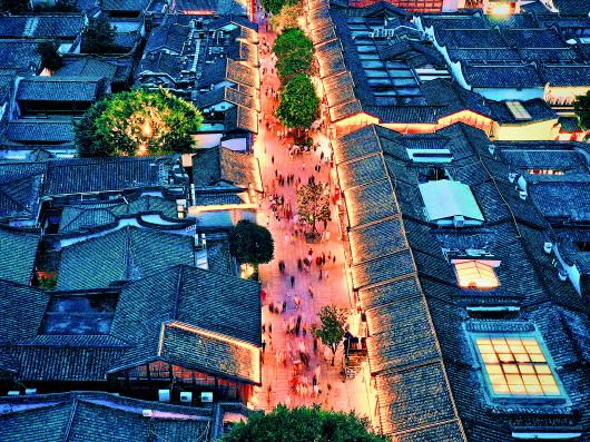 7月10日,福州三坊七巷历史文化街区南后街上游人如织(无人机照片)。