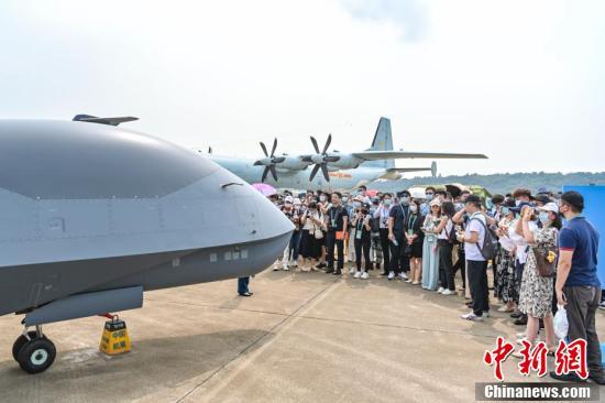 港澳青少年观摩团参观第十三届中国航展